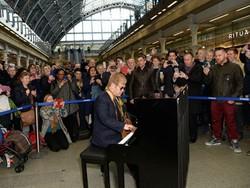 На вокзале в Лондоне Элтон Джон дал импровизированный концерт