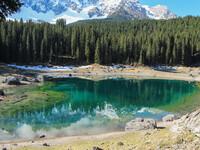 Изумрудная гладь озера Карецца.