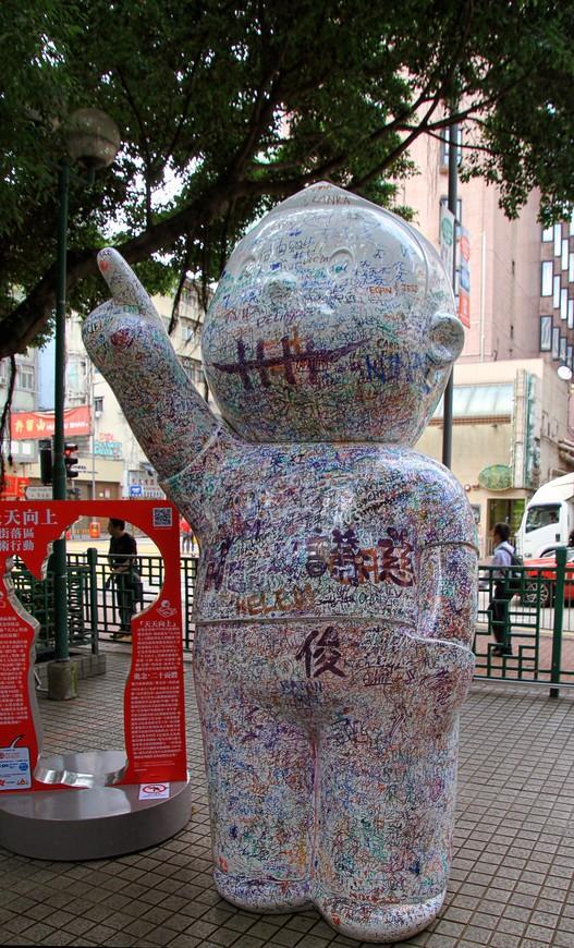 Иногда Гонконг заставляет удивленно притормаживать и неспешно обходить вокруг...
