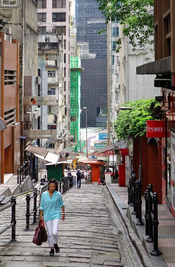 Гонконг поразил чистотой своих улиц. Даже самые узкие закоулки сияли начищенными тротуарами.