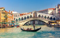 В Венеции пьяный турист прыгнул с моста Риальто