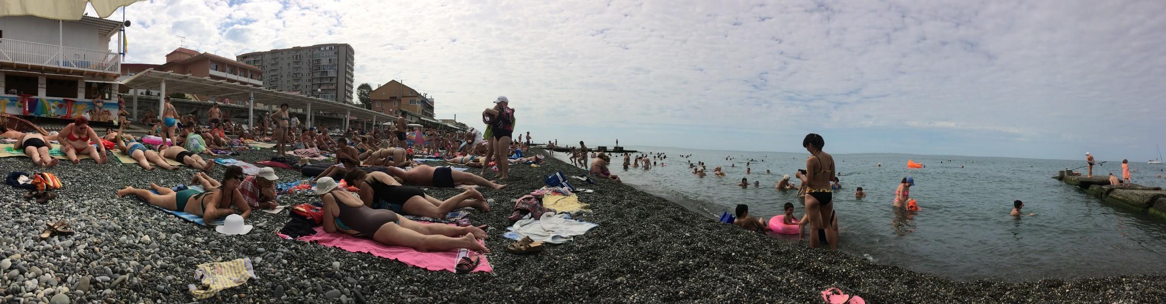 Люди на пляже в адлере фото