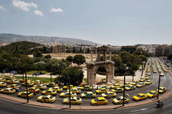 Греческие таксисты заблокировали тысячи туристов