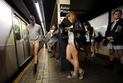 Всемирный флэш-моб: в метро без штанов