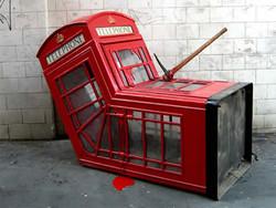 Британцы распродают легендарные телефонные будки