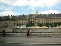 мешает жить Париж