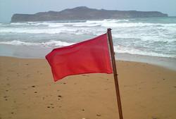 Туристов в Испании оштрафовали на 500 евро за игнорирование красных флагов