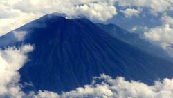 Спасатели Индонезии ищут российского туриста, пытавшегося покорить вулкан
