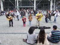 А на площади И. Стравинского поют и танцуют