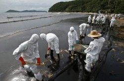 В Таиланде все еще нельзя купаться из-за нефтяного пятна