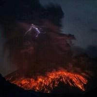 На острове Ява извергается вулкан