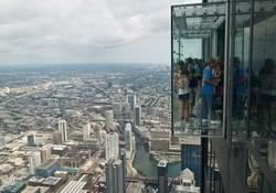 В чикагском небоскребе стеклянный пол треснул под ногами туристов