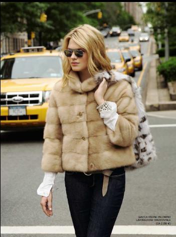 Этой зимой очень модно носить шубу из натурального меха.