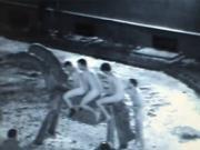 Голые туристы устроили заезд на деревянной лошади в Риге (Видео)