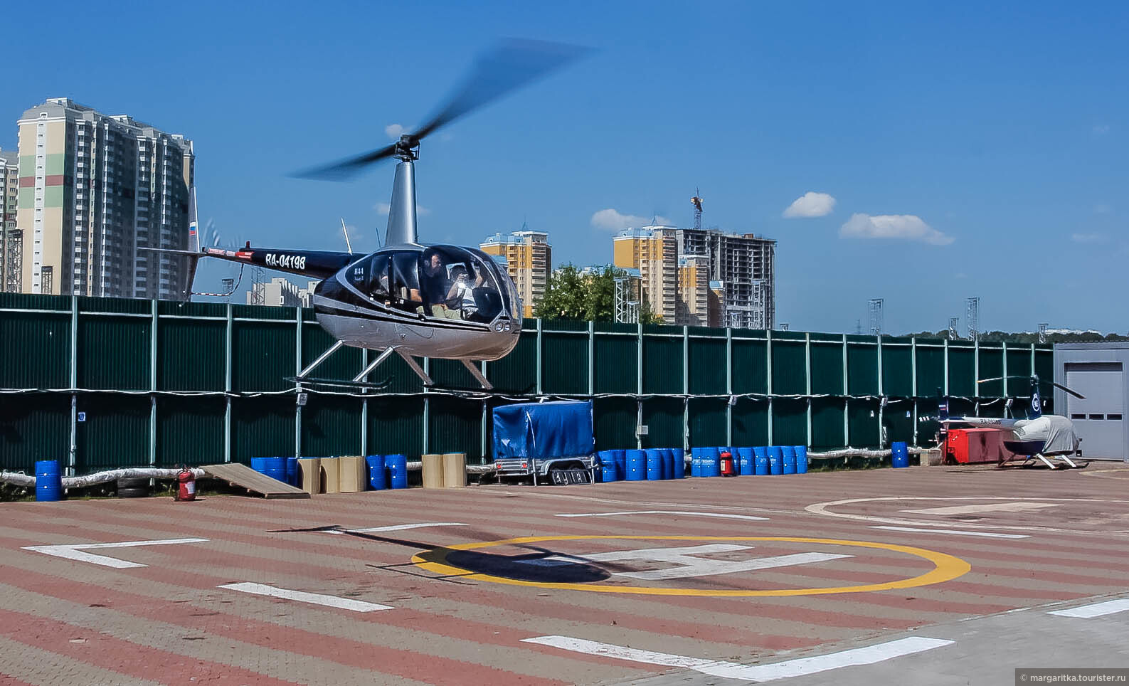глиттером нарисовать почему летает вертолет над москвой сейчас
