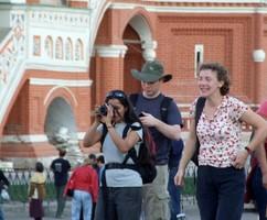 Число приезжающих в Россию туристов сократилось вдвое