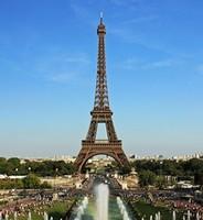 Эйфелева башня стала самым популярным у туристов объектом для селфи