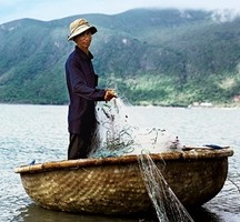Вьетнамские рыбаки спасли дрейфовавших в море туристов из России