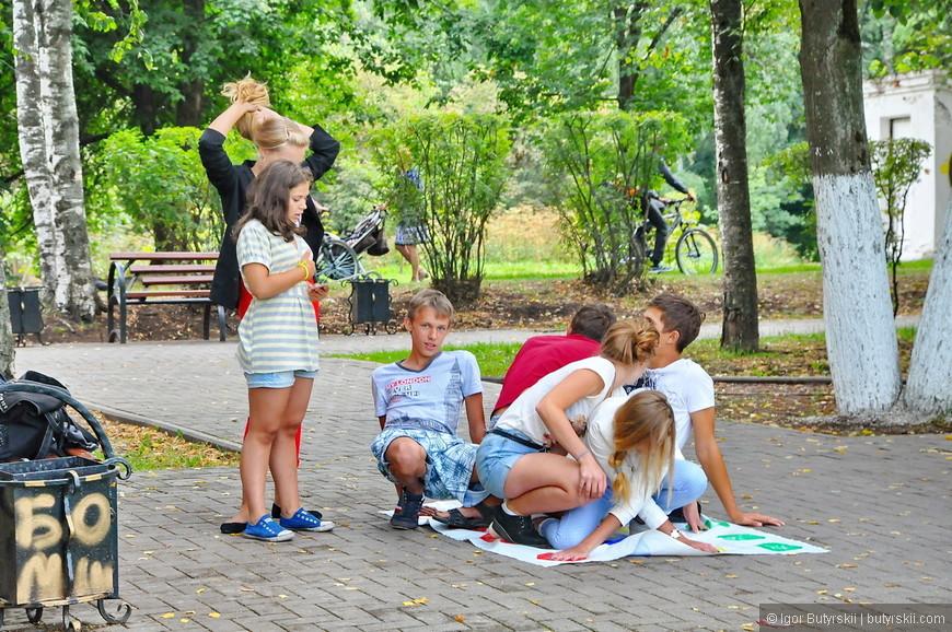 08. Дети играют, вообще в центре очень много молодежи на велосипедах, скейтах и просто гуляющих. Здорово.