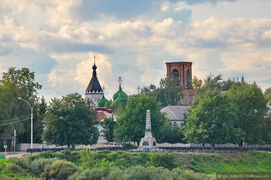 12. Если приглядываться через реку можно увидеть множество интересных зданий, церквей, монастырей. Город наполнен историей.