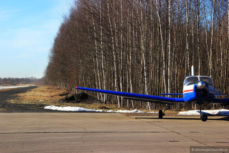 Самолёты с виду выглядели совсем игрушечными, и казалось, любое дуновение ветра способно их снести. Но нет, стояли крепко!