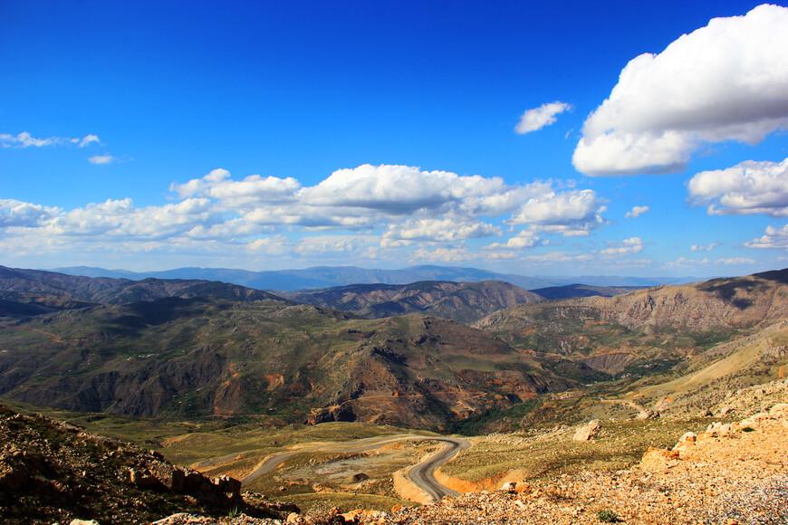 Дорога к Немрут Дагу оказалось на редкость серпантинной :) Поэтому добирались мы долго. Однако нашу медлительность скрашивали умопомрачительные пейзажи. Великолепные горы и синее-пресинее небо.