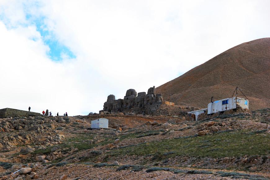 Кое-как добравшись до вершины, мы припарковали наш автомобиль и обратили взоры на саму гору и на то, что на ней находилось. А находится на ней не что иное, как гробница Антиоха I Коммагенского. И является это место наследием ЮНЕСКО.