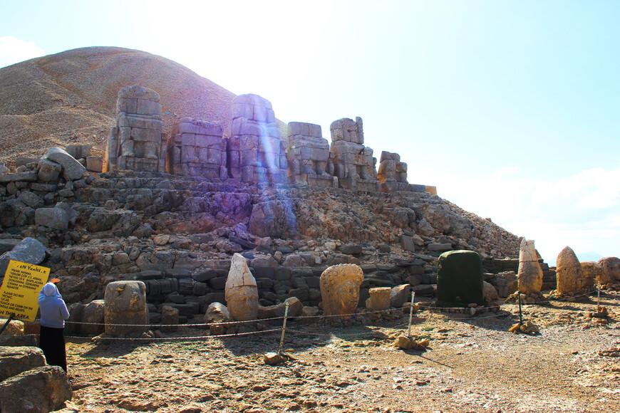 Центр всего этого культового сооружения - курган из маленьких камушков (который можно увидеть на заднем плане). Его высота почти 50 метров, а ширина у основания - 150 метров. </p><br /><br /> <p>