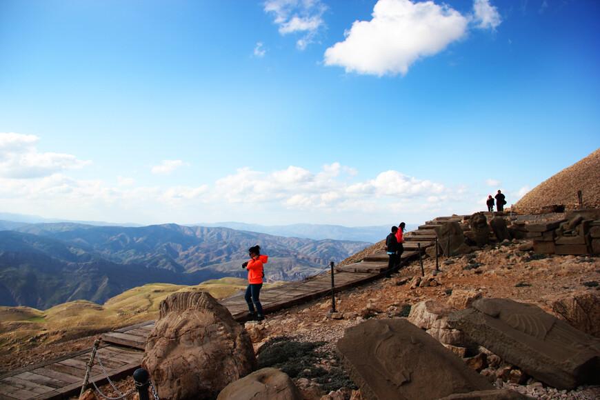 Гора Немрут понравилась мне тем, что её можно полностью обойти, и с каждой стороны ты видишь космические по своей красоте пейзажи. Не зря Немрут Даг стал для меня одной из главных достопримечательностей Турции. Именно это место я вспоминаю в первую очередь, когда говорю об этой стране.