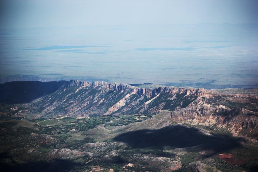 Облака тихо и размерено плыли над горами. Их путь всегда один - только вперёд. А мы, меж тем, устремили свои взоры в голубую синеву горизонта...