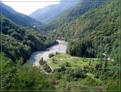 Авто с российскими туристами рухнуло в пропасть в Абхазии