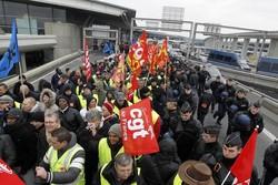 Сотрудники Air France штурмовали центральный офис компании и раздели начальника отдела кадров