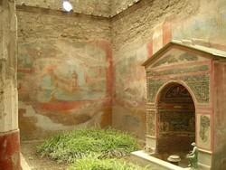 Туристы попытались украсть части фресок в Помпеях