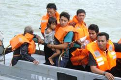 Пассажирский паром потерпел крушение в Индонезии