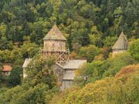 Монастырь Сафара на склоне горы.