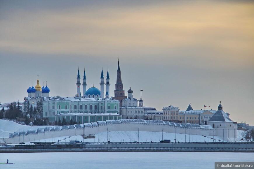 Вот он Казанский кремль на берегу реки Казанки. В этом грандиозном сооружении тесно переплелись восток и запад, прошлое и настоящее, православие и мусульманство.