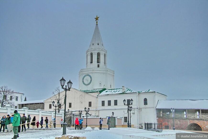 Спасская башня построена в 1556—1562 гг. В 1963 году на башне появились электрические часы с циферблатами и  автоматическим боем, а также завершение в виде пятиконечной звезды.