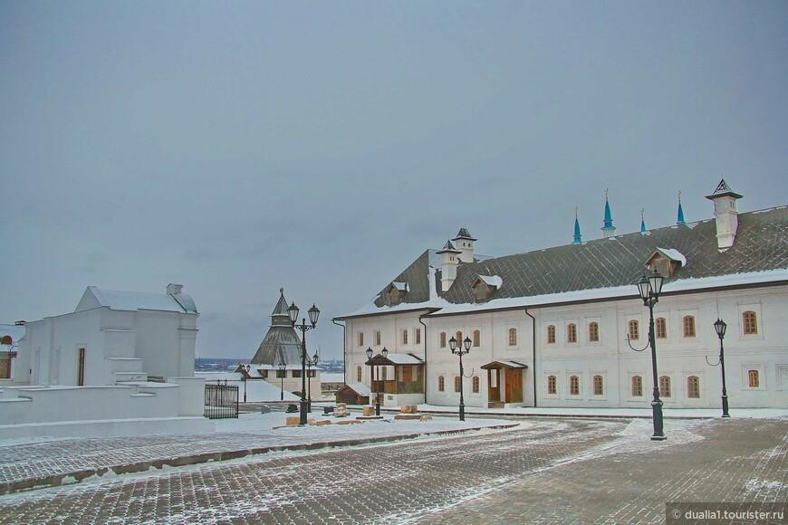 Братский корпус. Корпус келий был построен в 1670 г., в XVIII в. к нему пристроили казначейский дом, в 1892 г. галерею.