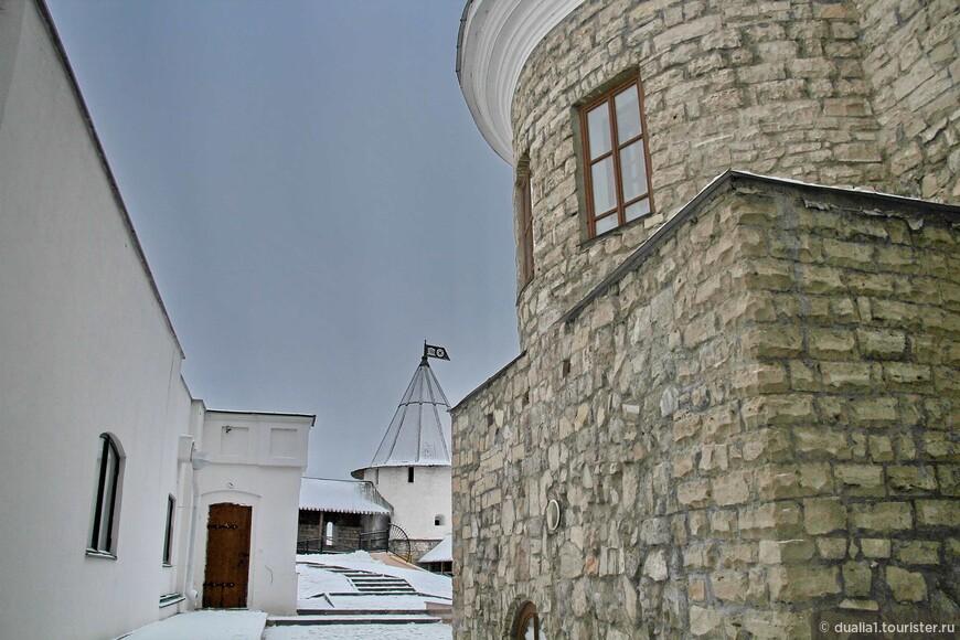 Самые ранние археологические находки на территории кремля датируются XII в. Сегодня здесь соседствуют памятники архитектуры различных эпох и культур.