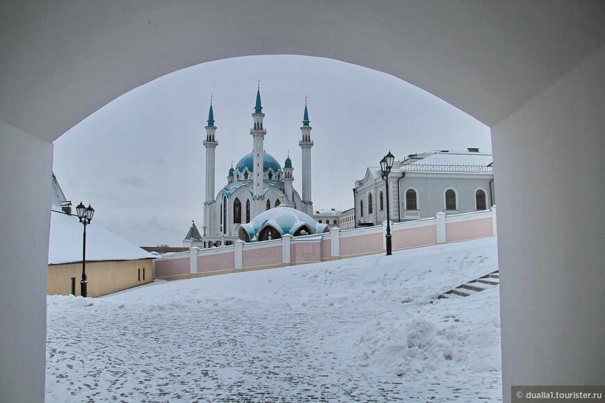 Мечеть была воссоздана в 1996-2005 г.г. , как преемница легендарной мечети, разрушенной во время штурма Казани Иваном Грозным. Названа в честь религиозного деятеля Казанского ханства Кул Шарифа, погибшего при взятии Казани.