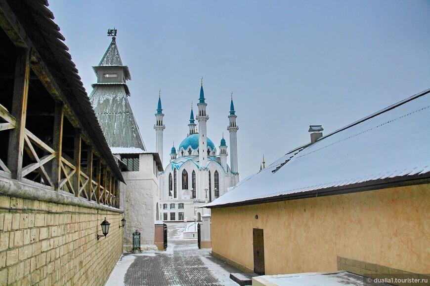 а вот уже и одна из самых  популярных достопримечательностей Казани - мечеть Кул Шариф.