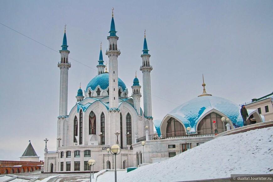 У мечети четыре основных минарета высотой 55 м., два малых минарета и еще два на углах главного входного портала.
