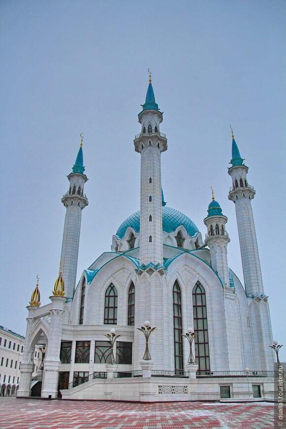 Необычайно красивая, масштабно-грандиозная, устремленная ввысь, эта бело-бирюзовая мечеть вызывает восхищение и желание сфотографировать её со всех ракурсов.