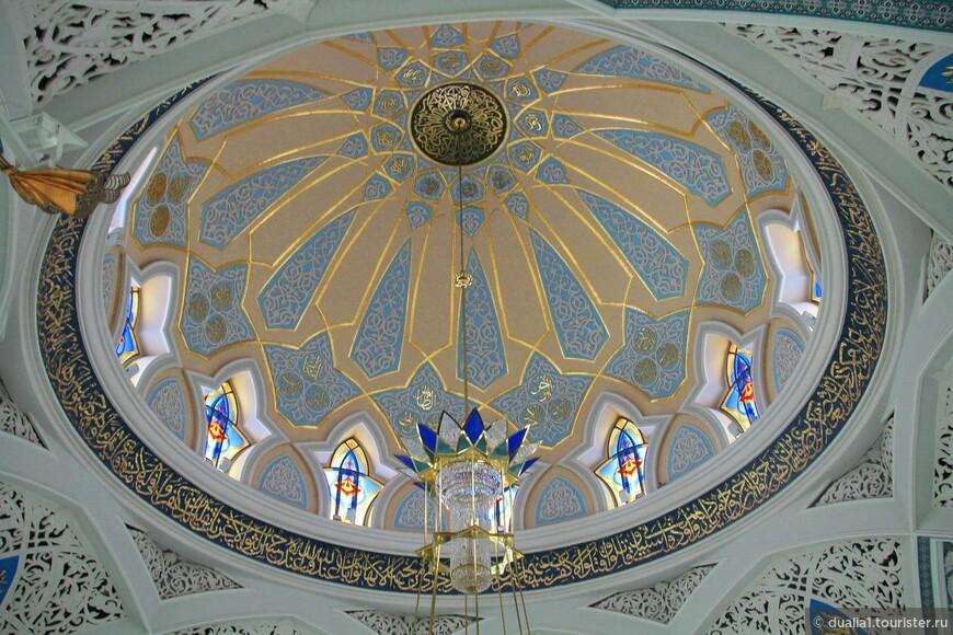 Много интересного ожидает и внутри мечети. Но прежде всего посещение мечети  это возможность погрузиться в атмосферу одной из мировых религий.