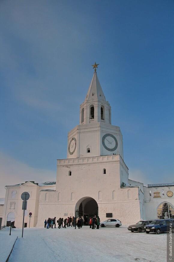 Спасская башня с надвратной церковью Спаса Нерукотворного образа — главный въезд в Кремль, его парадные ворота.