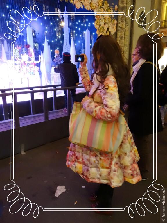Японская туристка сама, как кукла из витрин