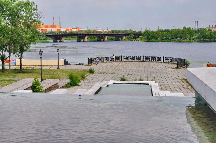 08. Набережная реки Урал. По сути, это не река, а городской пруд. Сама река Урал представляет из себя ручей, но в городской черте выглядит очень основательно.