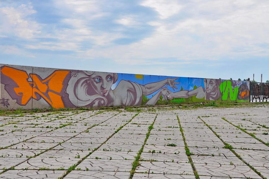 09. Набережная неухоженная, много мусора, реку не чистят. Помогает лишь то, что администрация города разрешает граффити-фестивали, и позволяет художникам украшать город.