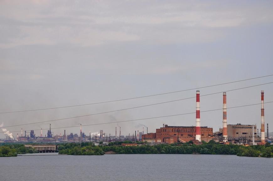 10. Магнитогорский металлургический комбинат разместился на противоположном берегу. Он занимает территорию сравнимую с жилым городом и является крупнейшим металлургическим предприятием в России. А также уничтожает атмосферу города.