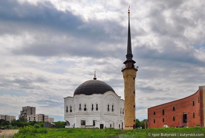 13. Долгое время Магнитогорск оставался настоящим советским атеистическим городом, практически лишенным религиозных зданий. Но сейчас в нем уже есть две православные церкви (еще строятся 2), мечеть и армянская церковь.